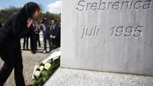 Catherine Ashton pose des fleurs au mémorial du génocide de Srebrenica, le 18 avril 2013.