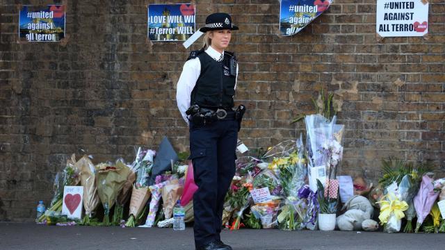Đặt hoa gần nơi bị tấn công ở Finsbury Park, Anh Quốc
