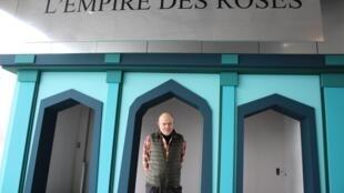 """کریستیان لاکروا، طراح مد و لباس و طراح دکور نمایشگاه """"امپراتوری گلهای سرخ"""" در موزه لوور شهر لانس فرانسه."""