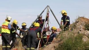 Equipes de resgate trabalharam durante todo o domingo, 16/02/2014, para retirar os mineiros presos na mina ilegal na África do Sul.
