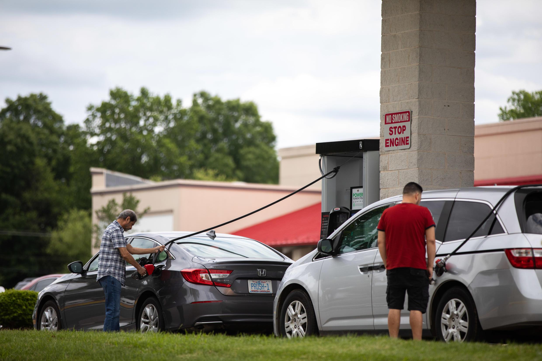 Vehículos hacen fila para llenar sus tanques de gasolina en Tyvola Road en Charlotte, Carolina del Norte, el 11 de mayo de 2021 luego de que un ataque de 'ransomware' forzó el cierre de Colonial Pipeline.