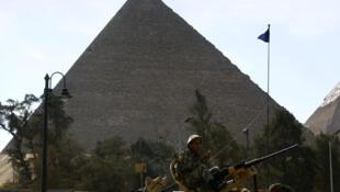 Militares vigiam pirâmides do Egipto