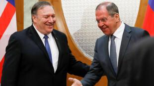 Le secrétaire d'État américain Mike Pompeo (à gauche), reçu peu après son arrivée à Sotchi, sur la mer Noire, par son homologue russe Sergueï Lavrov, le 14 mai 2019.