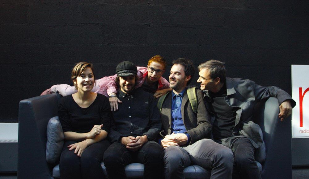 SofaSession avec Julie Boivin, Jean-Michel Pigeon, Piers Faccini, Vincent Segal et Laurence Aloir allongée derrière.
