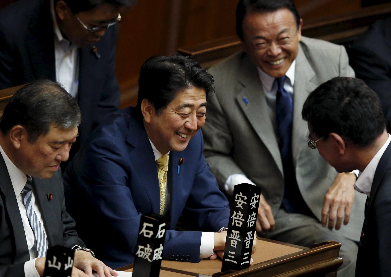 """""""Shinzo Abe"""" نخست وزیر ژاپن، در پارلمان این کشور. ١٦ ژوئیه ٢٠١۵"""