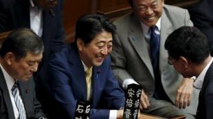 Thủ tướng Nhật Shinzo Abe (giữa) tại Hạ viện trước khi bỏ phiếu thông qua dự luật quốc phòng ngày 16/07/2015.