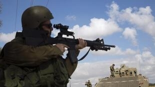 Un soldat israélien à la frontière sud de la Bande de Gaza, lors de la trêve humanitaire du 17 juillet 2014.