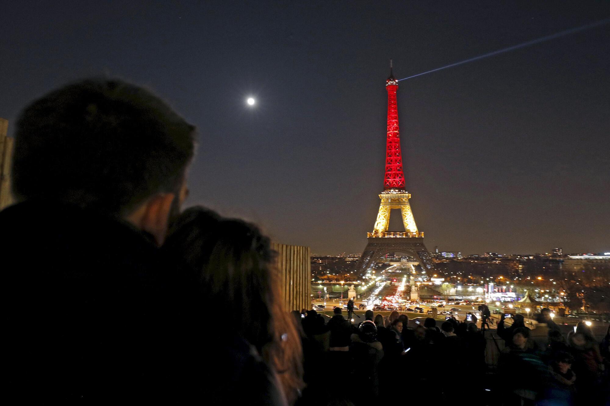 Tháp Eiffel chuyển sang mầu cờ Bỉ để tưởng niệm nạn nhân khủng bố ở Bruxelles ngày 22/03/2016.