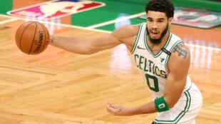 El líder anotador de los Celtixs, Jason, es uno de siete jugadores que estarán fuera del juego del domingo de su equipo ante Miamia, debido a los protocolos de covid-19 más dos jugadores marginados por lesión, Celtics tendrán ocho jugadores, el mínimo, para ir ante los Heat