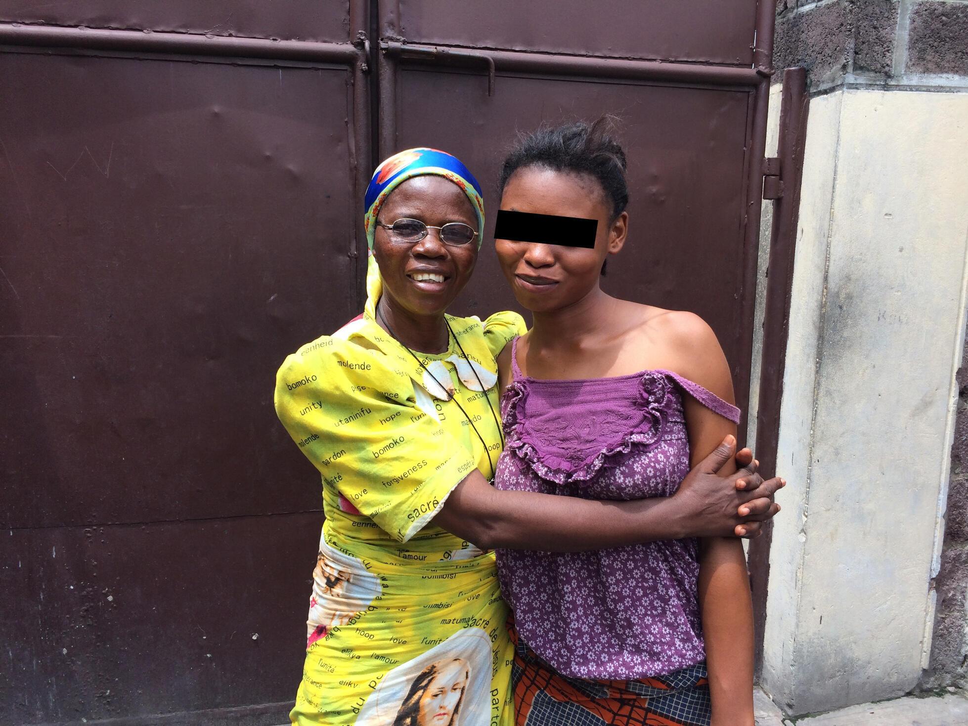 Francisca Bayekula, responsable du foyer Père Gérard, et V., accusée de sorcellerie par sa famille. Elle est juste épileptique.