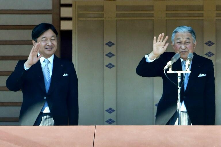Le prince héritier Naruhito (G) et son père Akihito (D) lors des voeux du Nouvel an.
