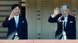 O príncipe herdeiro Naruhito e seu pai, o imperador Akihito.