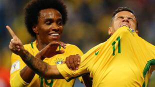 Dan wasan Liverpool Philippe Coutinho, tare da Williams, yayin da yake murnar zura kwallo a ragar kasar Ecuador, yayin fafatwar da suka yi da kasarsa ta Brazil ne neman cancantar zuwa gasar cin kofin duniya na shekarar 2018.