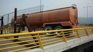 一辆运油车横挡委内瑞拉与哥伦比亚边界桥的中央阻塞车辆通行,2019年2月6日。
