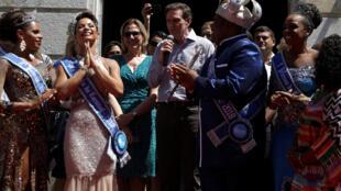 Marcelo Crivella, autarca do Rio, e a seu lado o Rei Momo do Carnaval, o banqueiro Milton Júnior, a 9 de Fevereiro de 2018