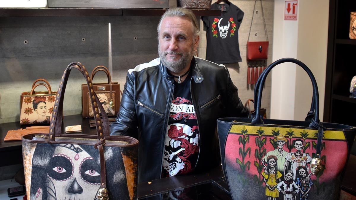 Jorge Cueto con productos de Prison Art