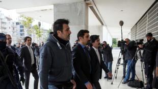 Les huit militaires turcs, accusés par Ankara d'avoir participé au putsch manqué du 15 juillet, arrivent sous escorte à la Cour suprême, le 26 janvier 2017. La Cour a refusé leur extradition.
