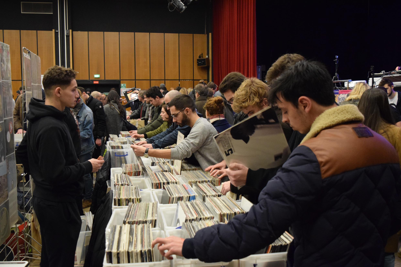 La 6e édition de Paris Loves Vinyl, rendez-vous incontournable des amoureux de vinyles, a attiré de nombreux jeunes le 10 février 2019.