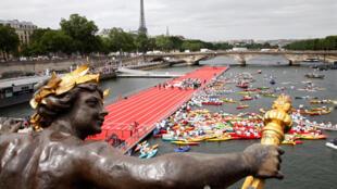El Puente Alejandro III, con instalaciones deportivas para apoyar la candidatura de París, el pasado 23 de junio de 2017 en París, Francia.