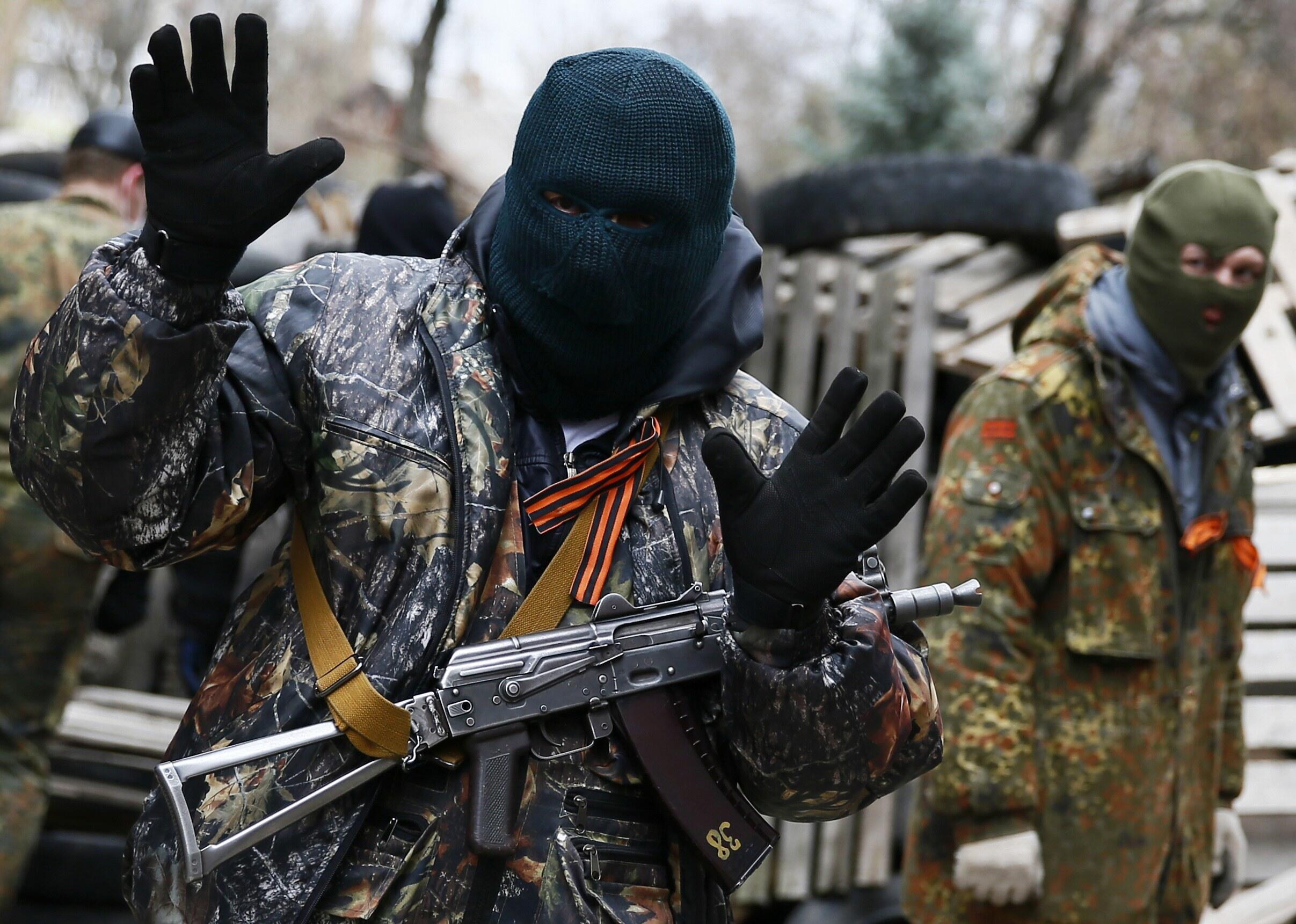 Un homme armé devant le siège de la police à Slaviansk, le 12 avril 2014.