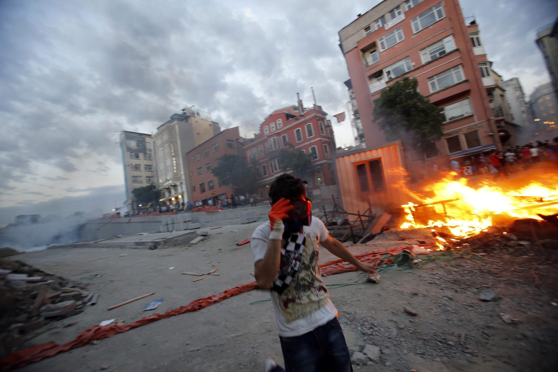 Ночные беспорядки в турецком Стамбуле 1 июня 2013.