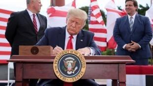 El presidente de Estados Unidos, Donald Trump, firma una extensión de la prohibición de perforar frente a las costas del estado de Florida en Jupiter, Florida, el 8 de septiembre de 2020.