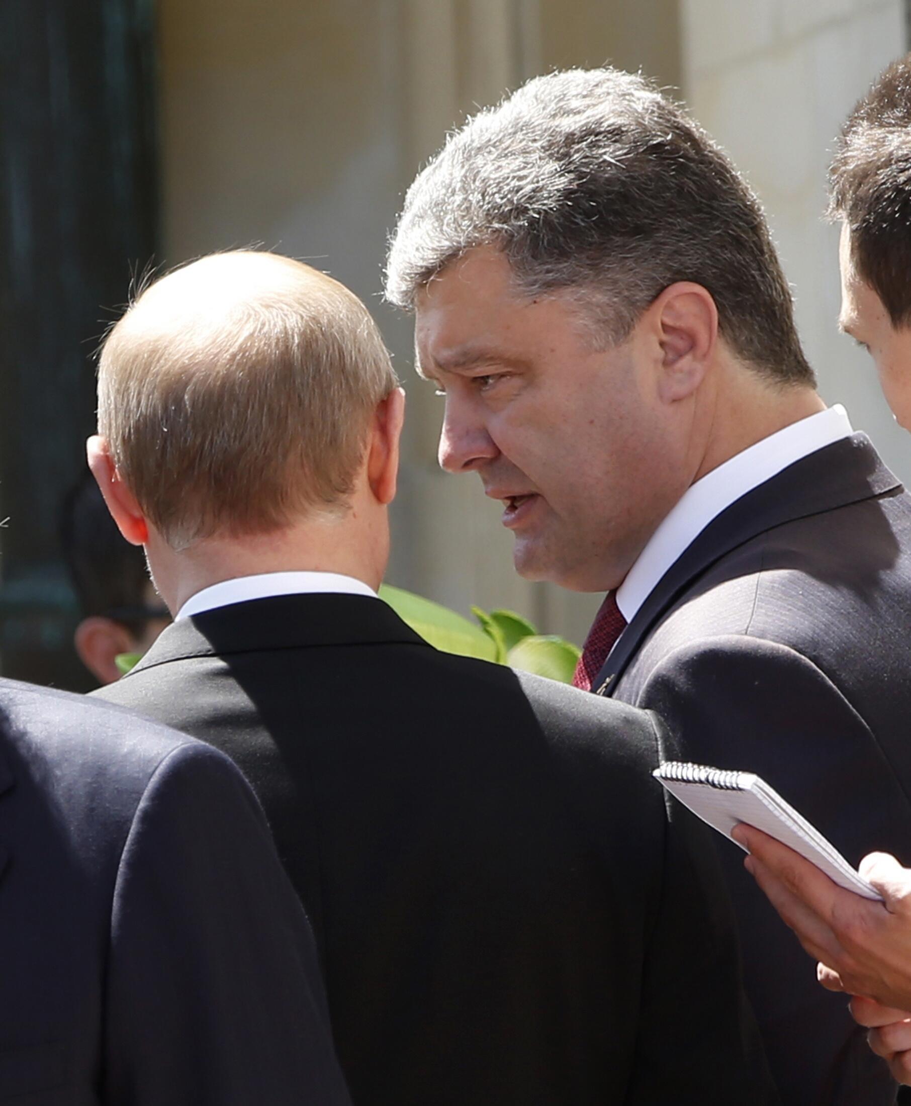 Петр Порошенко и Владимир Путин в Бенувилле, Нормандия, Франция, 6 июня 2014 г.