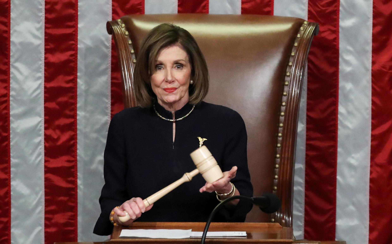 Nancy Pelosi, spika wa bunge la Marekani akisoma hotuba inayomhusu rais Donald Trump, jijini Washington desemba 18 2019