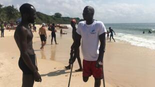 Khadim Boye (au centre) a décidé pour la cinquième année consécutive de nager vers Gorée.