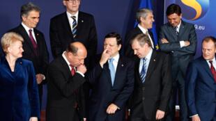 Les dirigeants des pays l'E.U se préparent pour la photo du groupe à Bruxelles, le 10 décembre 2009.