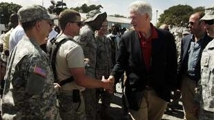 Clinton meets US military at Port-au-Prince airport