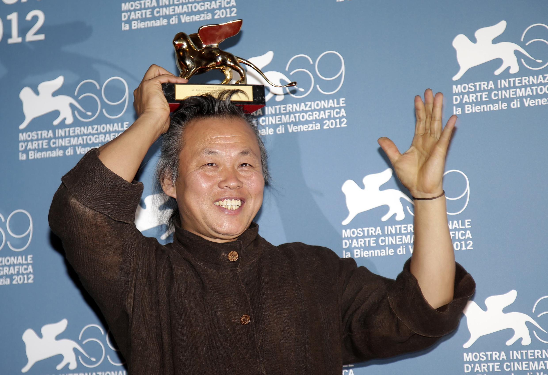 """O cineasta sul-coreano Kim Ki-Kuk ergue o Leão de Ouro conquistado no 69° Festival de Veneza com o filme """"Pietà""""."""