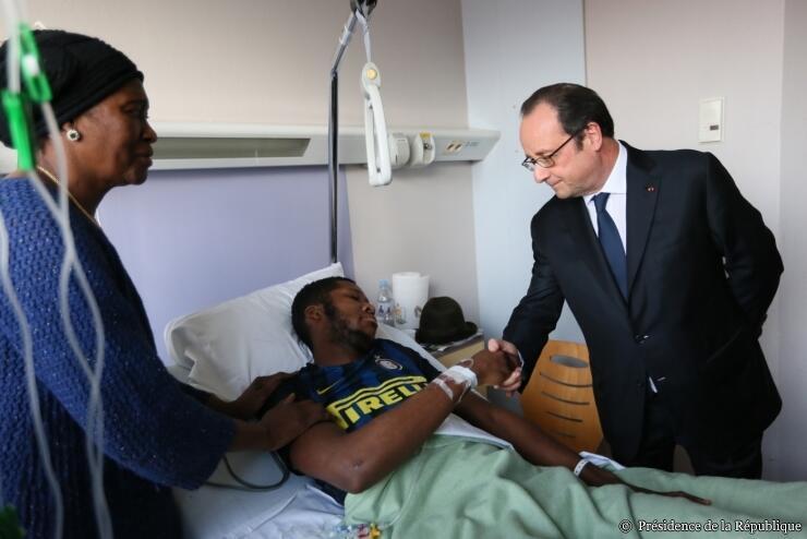 Президент Франции Франсуа Олланд навещает в больнице 22-летнего Тео, получившего ранения в области заднего прохода при жестоком задержании, 7 февраля 2017 г.
