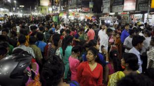 缅甸地震,邻国波及。印度特里普拉邦,民众涌上街道。