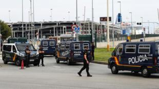 在加泰罗尼亚码头巡逻的西班牙警察,  2017.9.30