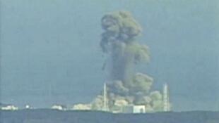 Khói bốc trên trung tâm điện hạt nhân Fukushima , ngày 14/03/2011.