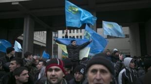 Манифестация крымских татар перед крымским парламентом в Симферополе 26/02/2014