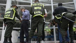 Efectivos de la Policía Nacional registran a los electores en un colegio electoral, Bogotá 14 de marzo de 2010