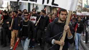 10 000 personnes sont descendues dans la rue, samedi 6 décembre 2014, à Athènes, 6 ans après le meurtre du jeune Alexandros Grigoropoulos par un policier.
