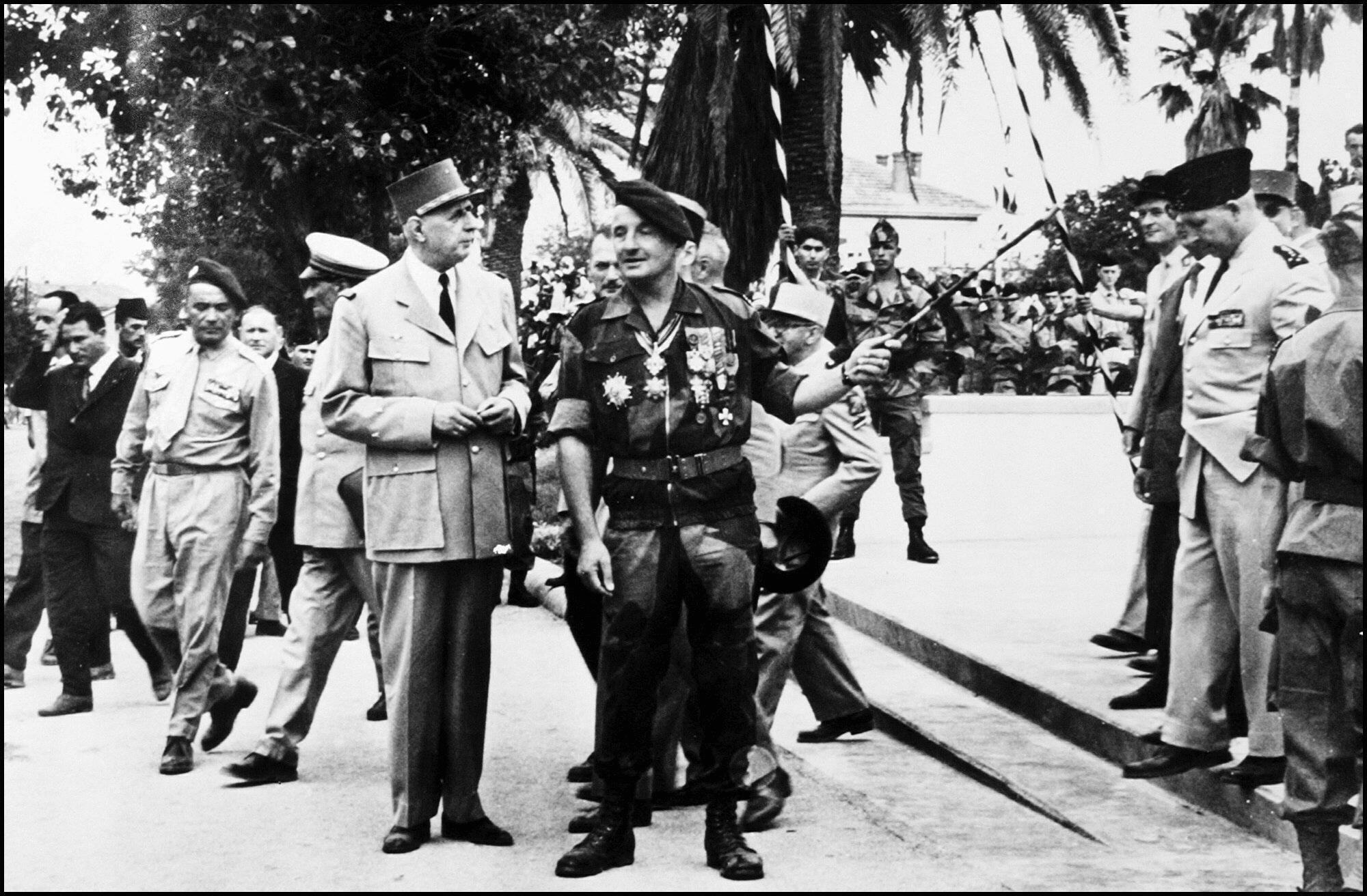 Le général Marcel Bigeard avec le général de Gaulle au cours de sa première visite en Algérie en 1956