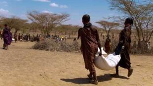 Madres con bolsas de cereales en el norte de Kenia.