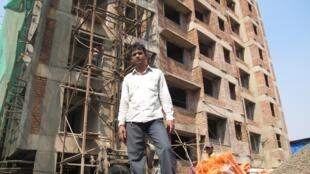 Shakil Shaikan supervise la construction de 3 tours de 7 étages qui seront construites dans un des secteurs de Dharavi. Le prix phénoménal de l'immobilier à Bombay permet de reloger gratuitement les gens contre la revente d'une partie du terrain.