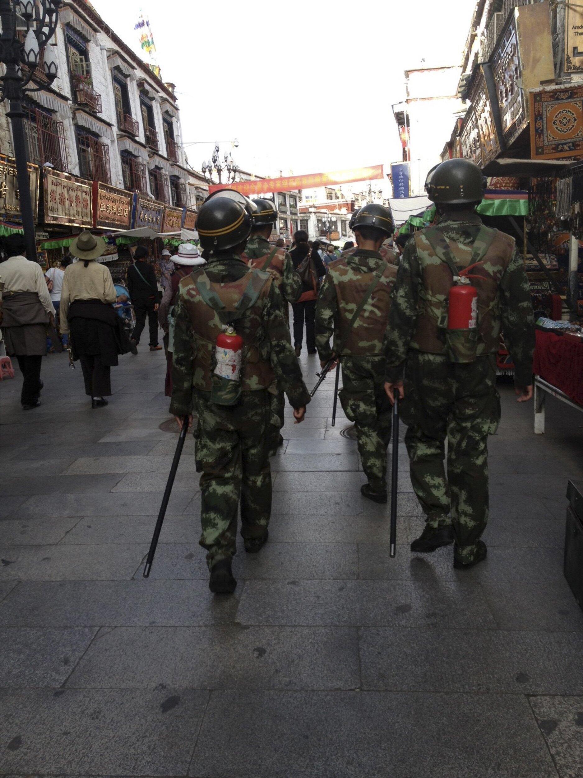 Cảnh sát TQ tuần hành trên đường phố Lhasa.
