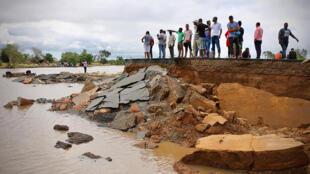 Os moradores na estrada danificada entre a Beira e Chimoio no distrito de Nhamatanda, no centro de Moçambique, em 19 de Março de 2019,