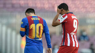 Luis Suarez na Atletico Madrid tare da Lionel Messi na Barcelona bayan tashi daga wani wasa tsakanin kungiyoyinsu karkashin La Liga