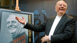 داریو فو، نمایشنامهنویس ایتالیایی و برنده جایزه ادبیات نوبل در سال ۱۹۹۷ درگذشت.