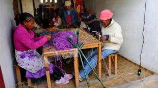 Dans l'atelier d'ATD Quart Monde situé à Andranomena (Antananarivo), les artisanes comme Myriam (à droite) sont issues de l'extrême pauvreté. Grâce aux formations reçues, elles ont acquis un savoir-faire qui leur permet de sortir petit à petit de la misère