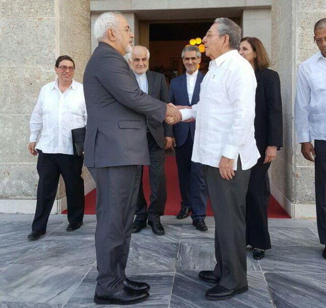 محمد جواد ظریف، وزیر امور خارجه جمهوری اسلامی ایران، با رائول کاسترو رئیس جمهوری کوبا، در هاوانا پایتخت این کشور دیدار و گفت وگو کرد. دوشنبه اول شهریور/ ٢٢ اوت ٢٠۱۶
