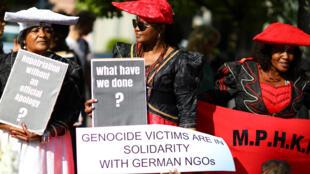 «Uma reparação sem desculpas oficiais ?»; «Que mal fizemos ?»: alguns dos slogans em Berlim lembrando o genocídio dos Herero e dos Nama pela Alemanha..
