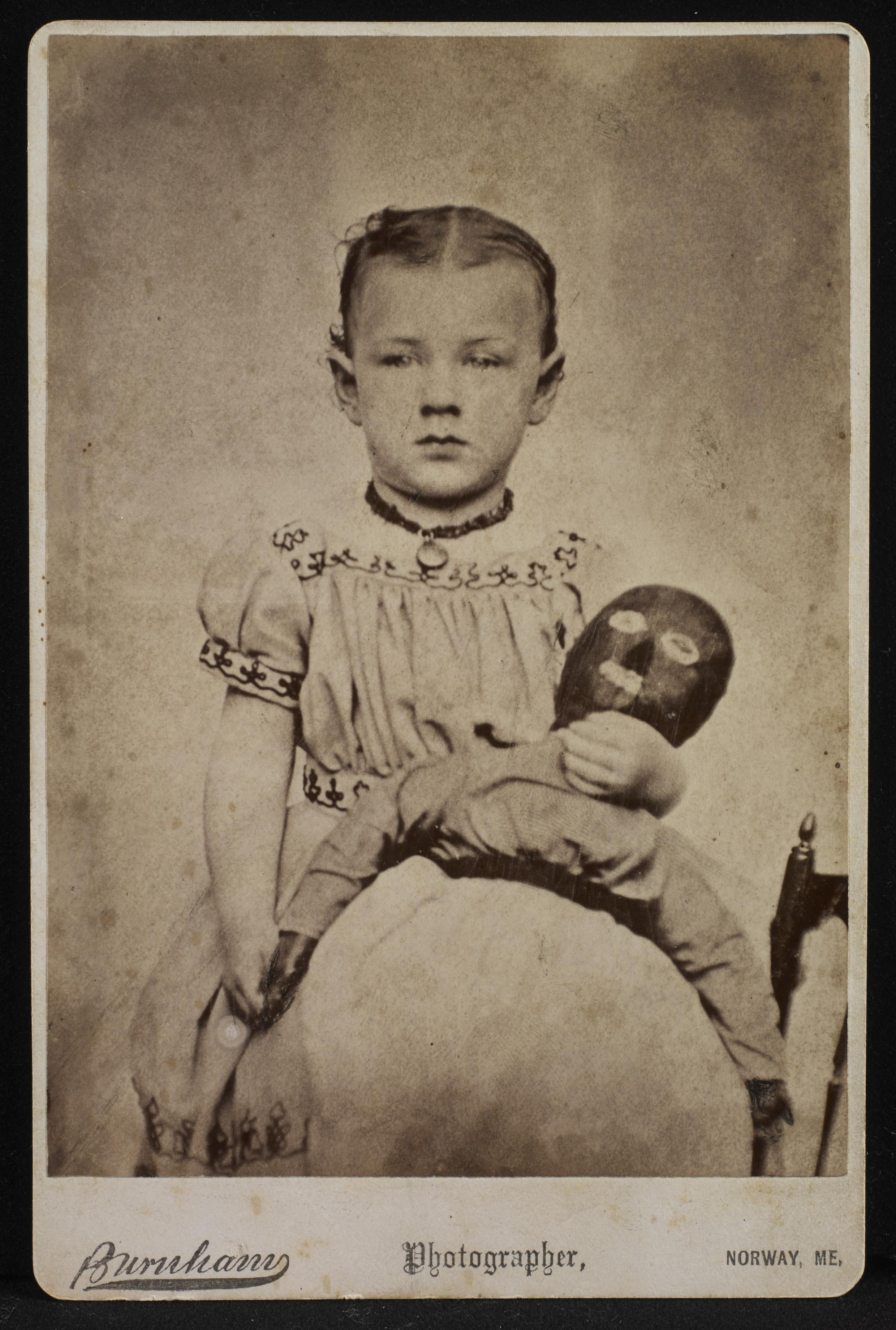 Foto anônima, feita no estúdio Burnham, de Norway, estado de Maine, por volta de 1870-1885.
